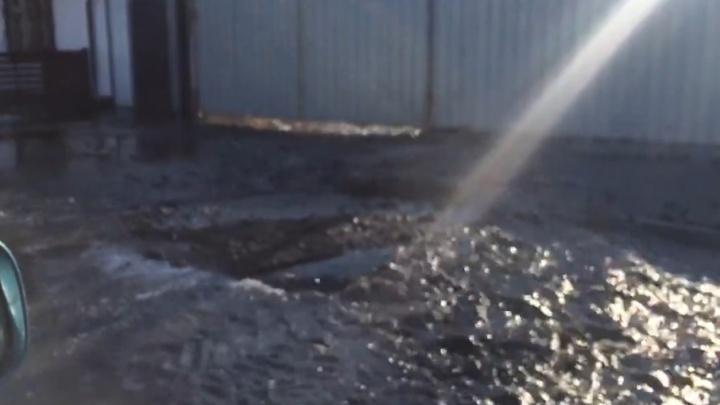 «Утонули по уши»: из-за прорыва канализации перекрыли улицу в Ленинском районе