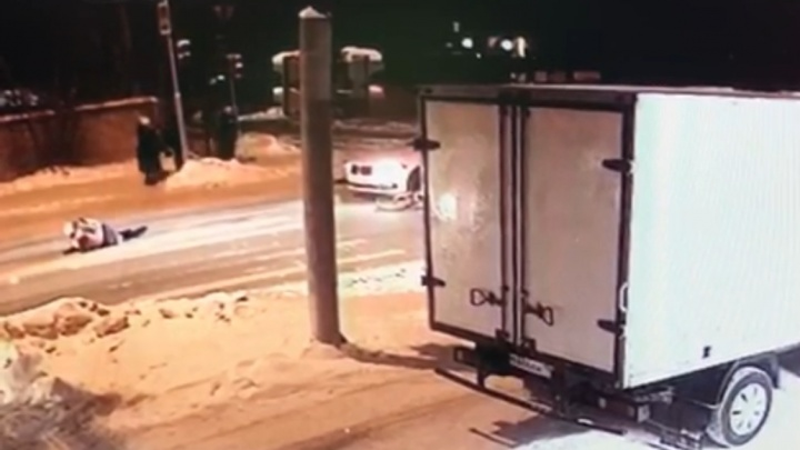 Уснула за рулем: появилось видео, как женщина наBMW сбила двух человек на пешеходном переходе