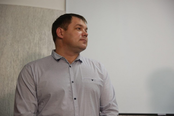 Скромный донор Дмитрий Иванов получил цветы от главы областного минздрава Олега Иванинского, но сразу отдал их работнице центра крови