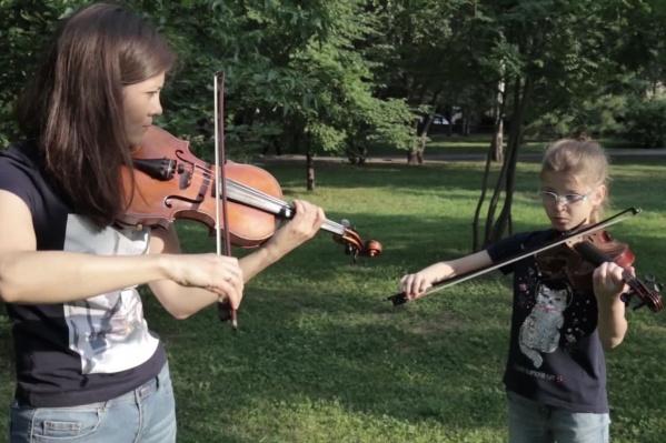 Преподаватель игры на скрипке со своей ученицей сделали оригинальную аранжировку хита группы Queen