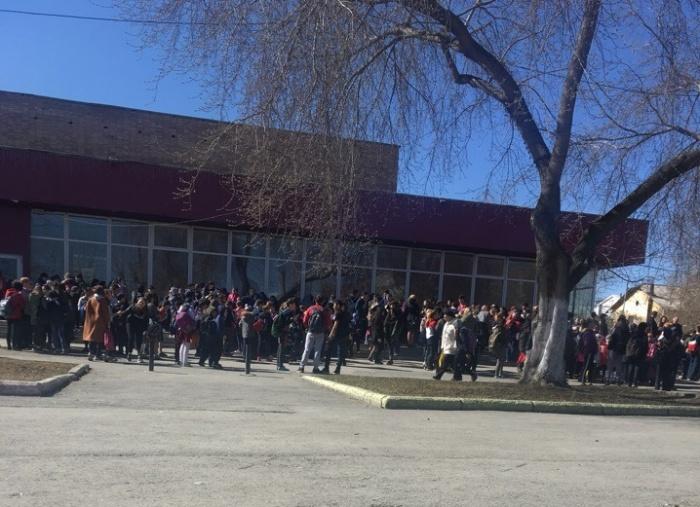 Дети ждут на улице, пока школу проверят