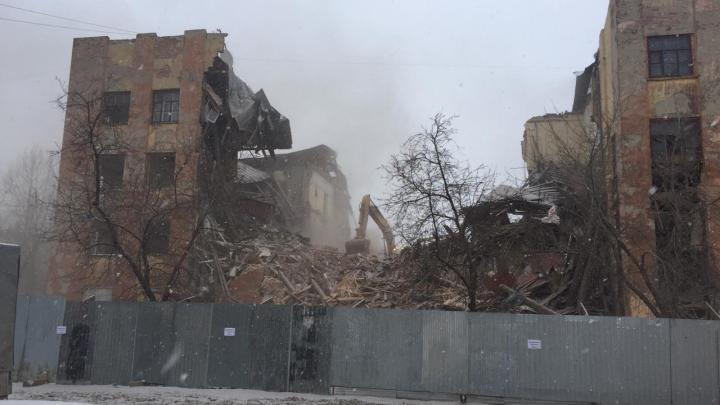 Огромное конструктивистское здание на Нагорной рухнуло: видео
