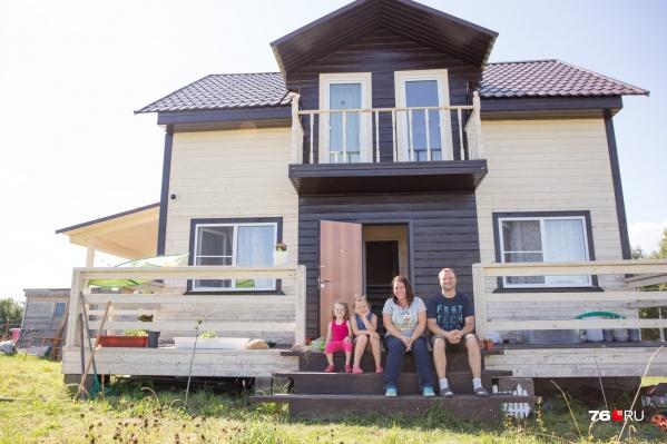 Артём Колпаков с семьёй переехал в село Ярославской области