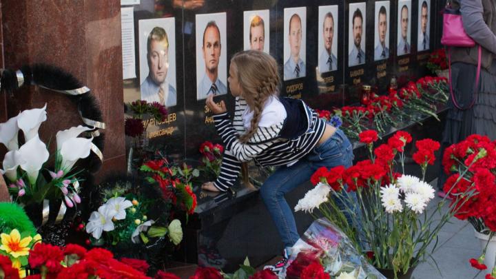 В Ярославле почтили память погибших хоккеистов «Локомотива»: девять фото