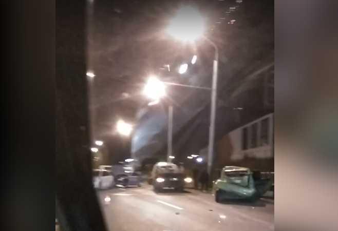 Разбитые автомобили перегородили дорогу, проезд был затруднен