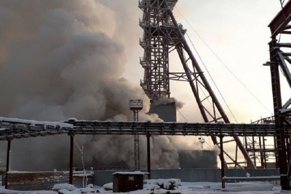 Когда в шахтном стволе начался пожар, дым повалил на улицу