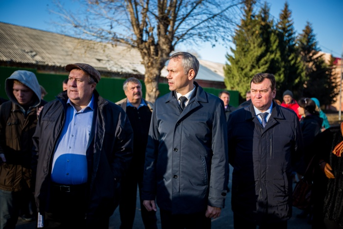 Андрей Травников (в центре) побывал на трассах в НСО и смог их оценить