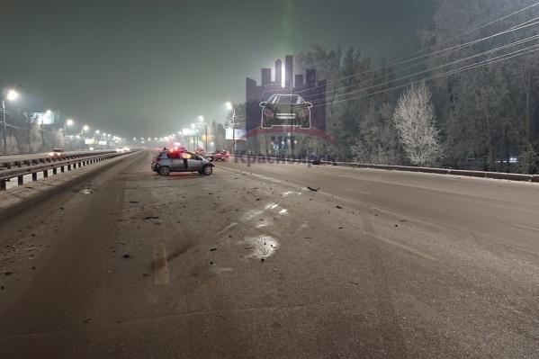 Машины раскидало по разным частям моста