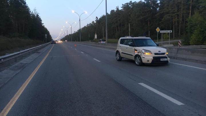 В ГИБДД рассказали о травмах водителя KIA, который влетел в отбойник на трассе