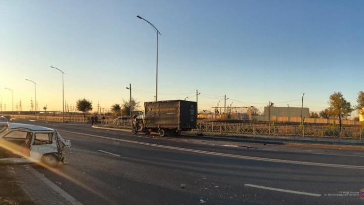 В Волгограде «Ока» столкнулась с двумя грузовиками