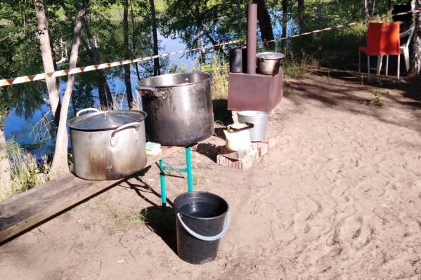 Лагерь разбили на берегу водоема