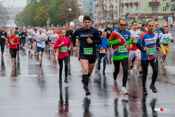 На марафоне ждут спортсменов от 18 лет.По пути следования 100-километровой дистанции будут организованы восемь пунктов питания, будут дежурить медики