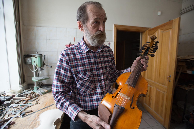Болдин оставил себе на память необычный инструмент виоль д'амур, популярный в эпоху барокко