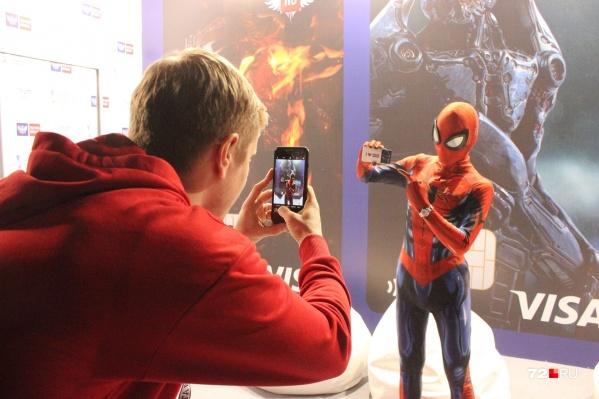 Ну как вам Человек-паук? Похож на Питера Паркера?