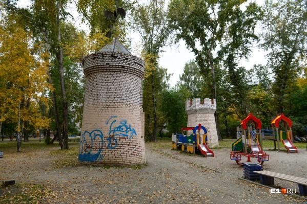 Сейчас в парке есть детская площадка, но она небольшая