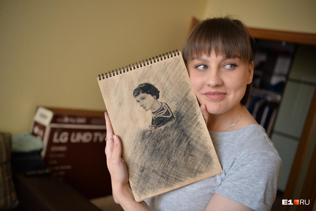Чтобы отвлечься, Настя рисует. Портрет Коко Шанель она нарисовала углем