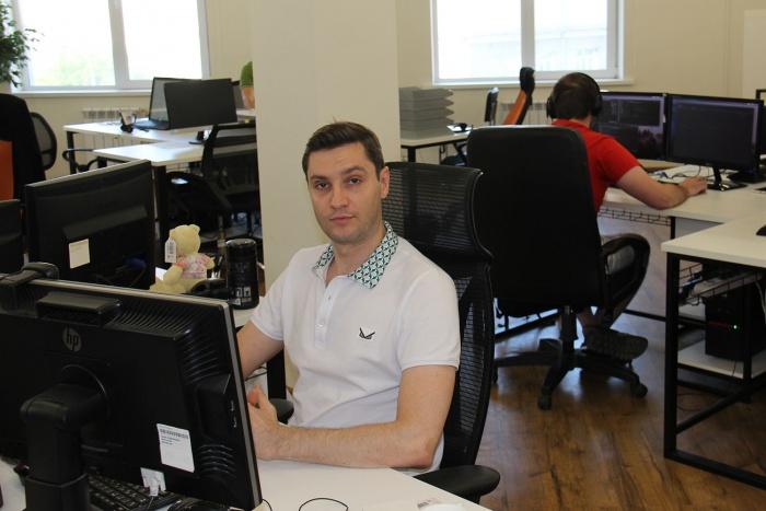Рабочее место главы группы компаний Vse Mayki вместе со всеми —в большом офисе без перегородок