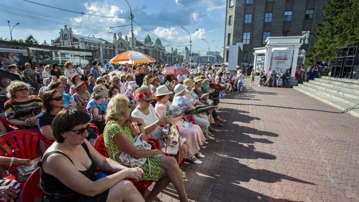 Видео: в центре Новосибирска начались бесплатные летние концерты под открытым небом