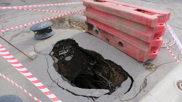 В центре Перми провалился асфальт на тротуаре