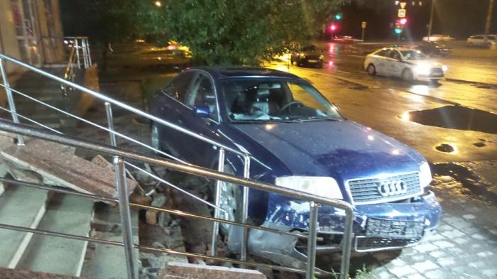Автомобиль Audi протаранил перила магазина