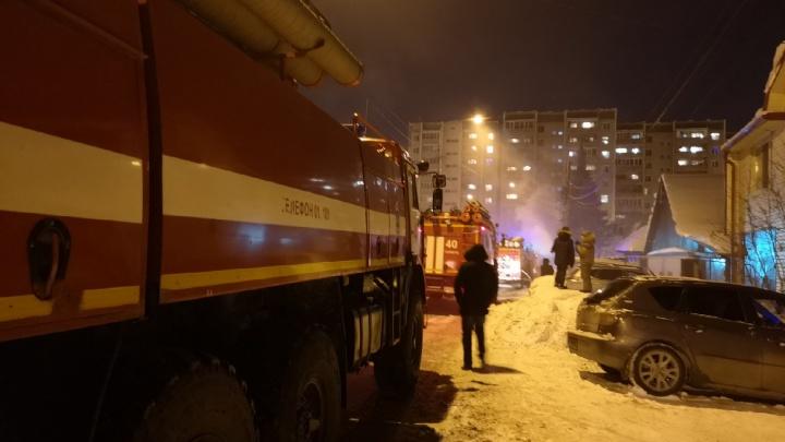 В Тюмени на Лопарева спасатели тушили одноэтажный дом: три человека погибли