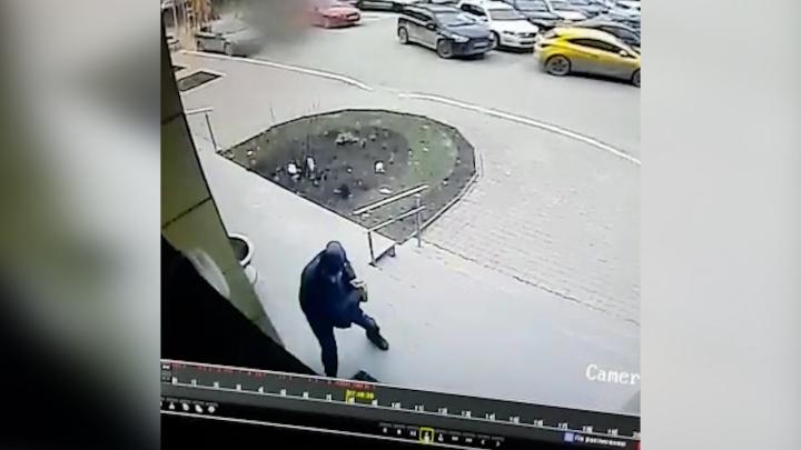 В переулке Красном в центре Екатеринбурга, где ледорубом разбили Cadillac, произошло очередное ЧП