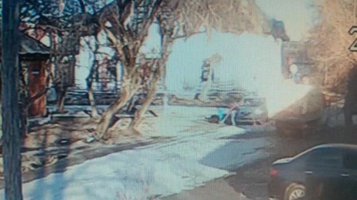 После аварии очевидцы помогли поднять машину домкратом и достали пострадавшую