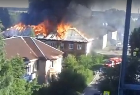 Женщину-инвалида выносили на руках: в Алапаевске сгорел двухэтажный жилой дом