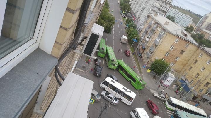 Три автобуса закупорили въезд из центра на Копыловский мост