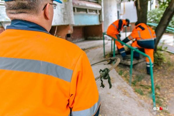 Коммунальные службы ставят заглушки на канализационные трубы