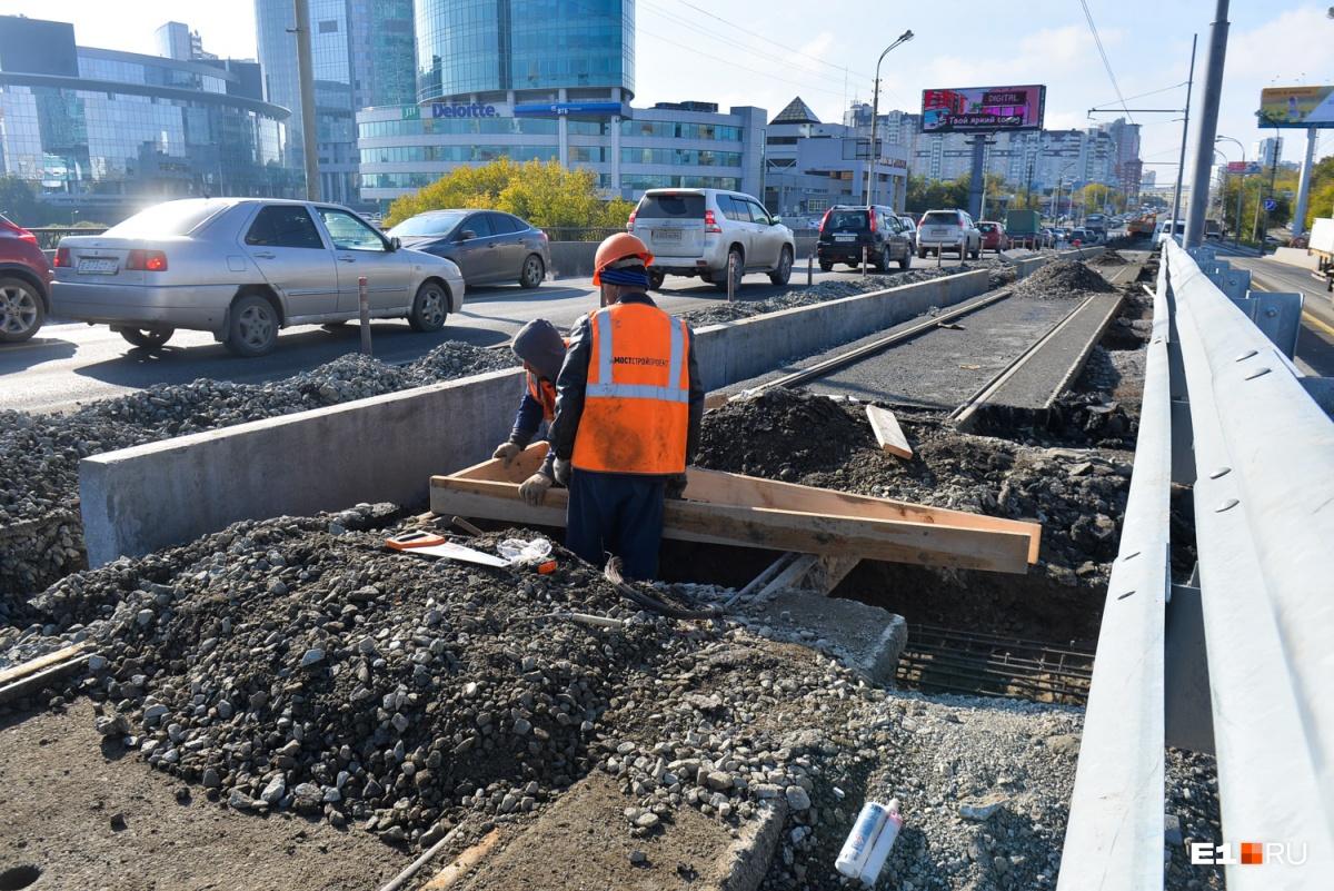 В сентябре 2017 года дорожники сделали временную насыпную переправу под мостом, через которую небольшим ручейком бежала Исеть, а на мосту перекрыли трамвайное движение и ограничили автомобильное — все машины ехали по двум полосам со стороны Ленина