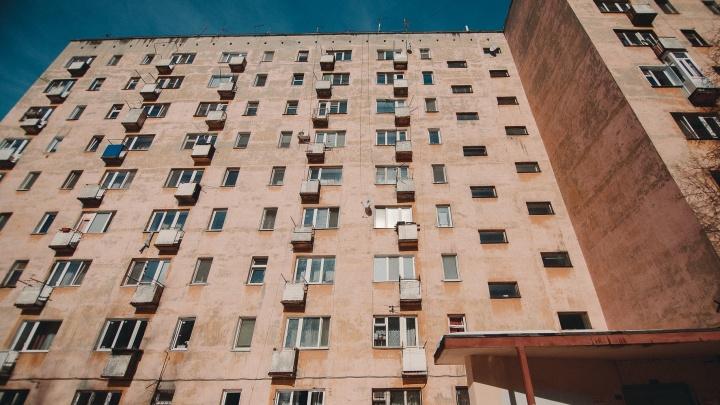Разъяренный тюменец сильно избил пьяного соседа, который закрылся в квартире вместе с его ребенком