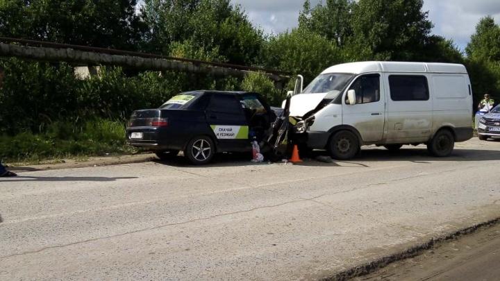 Три человека попали в больницу с переломами после столкновения легковушки и «Газели» под Тобольском