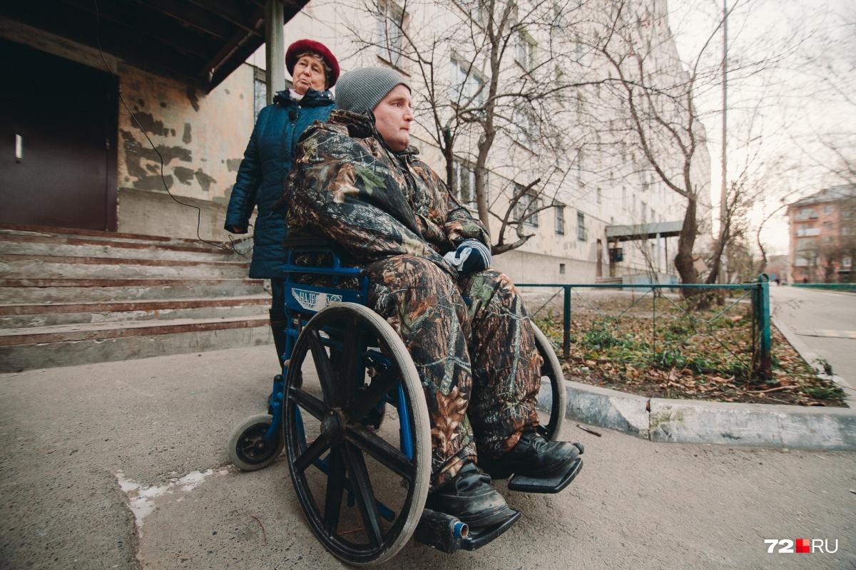 У Владимира Старостина — ДЦП. После неудачной операции, проведенной в 2012 году, он не может передвигаться самостоятельно