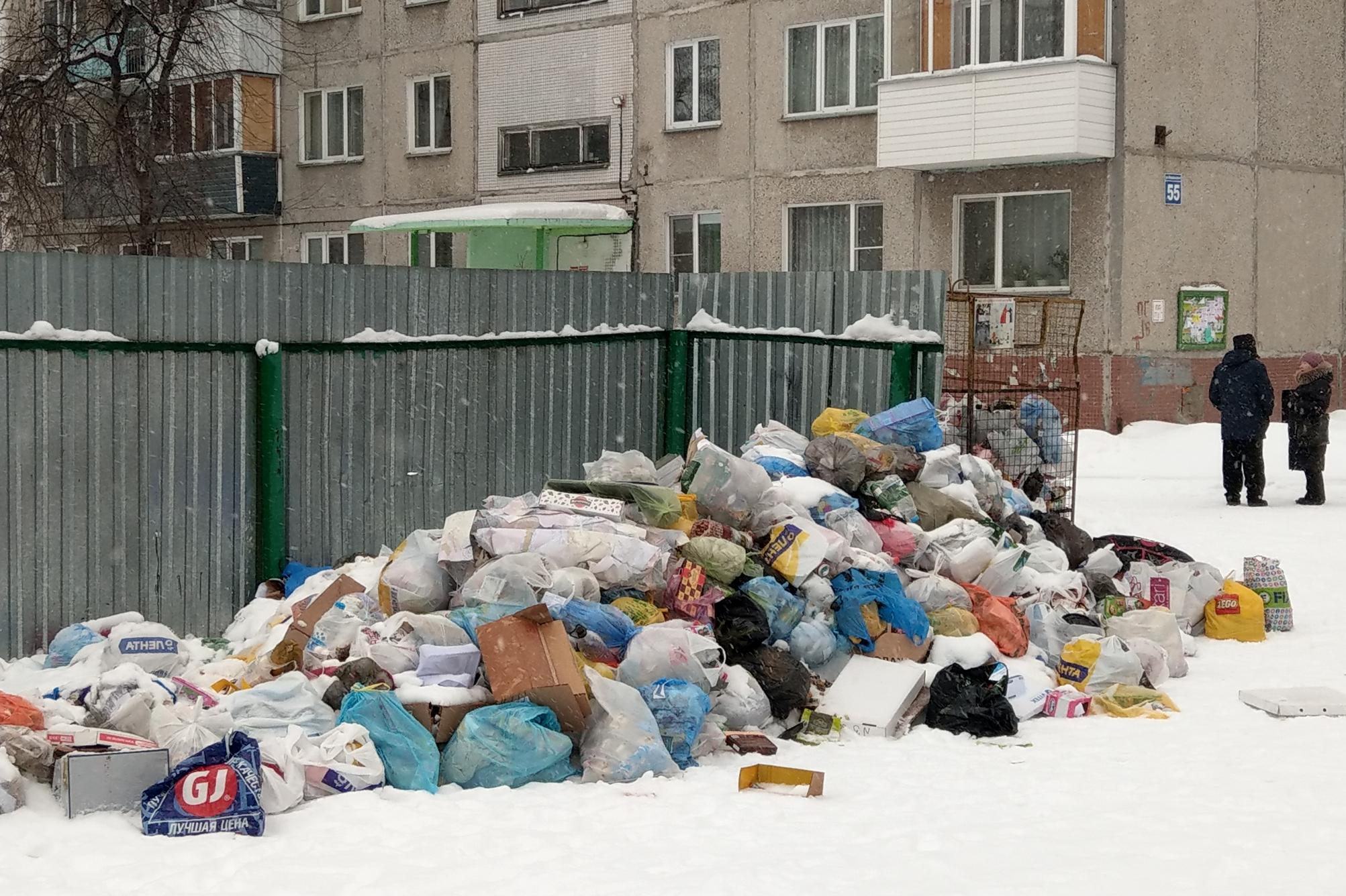 Гора мусора у дома на улице Невельского, 55