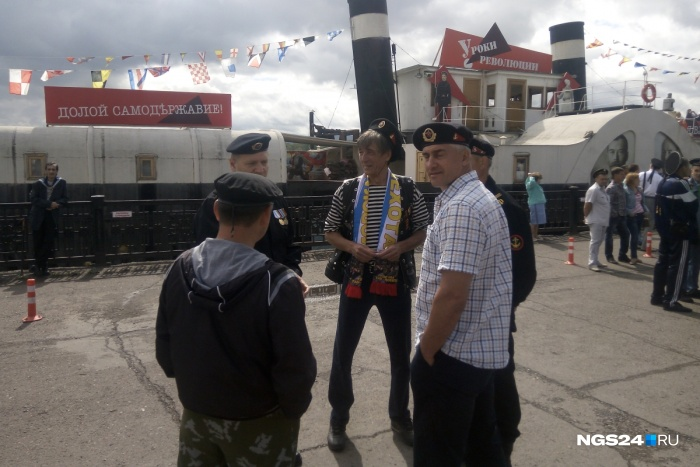 Морские пехотинцы себя от флота не отделяют и празднуют вместе с моряками из армейской солидарности