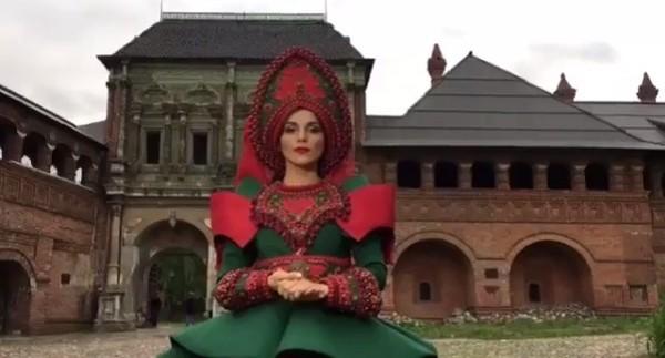 Дизайнер из Первоуральска сшила платье и кокошник для фотосессии певицы Сати Казановой