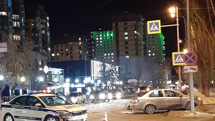 Ночной кошмар автолюбителя. В центре Тюмени водитель на Chevrolet столкнулся с патрульной машиной