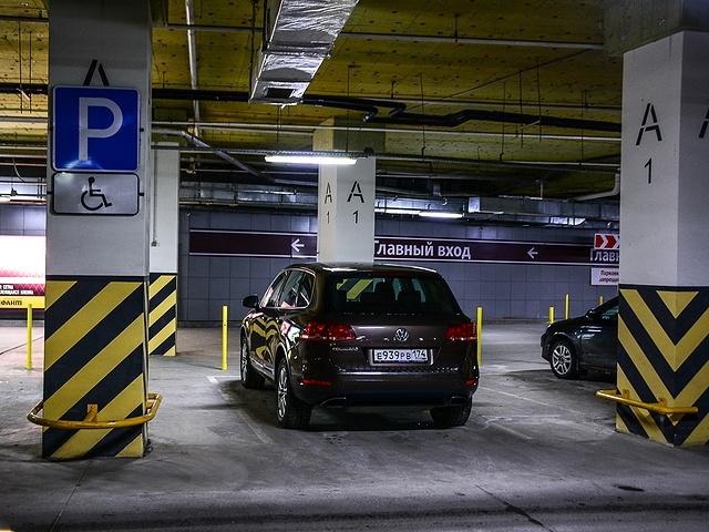 Знак «Парковка» в сочетании со знаком «Инвалид» разрешает парковку только обозначенным машинам