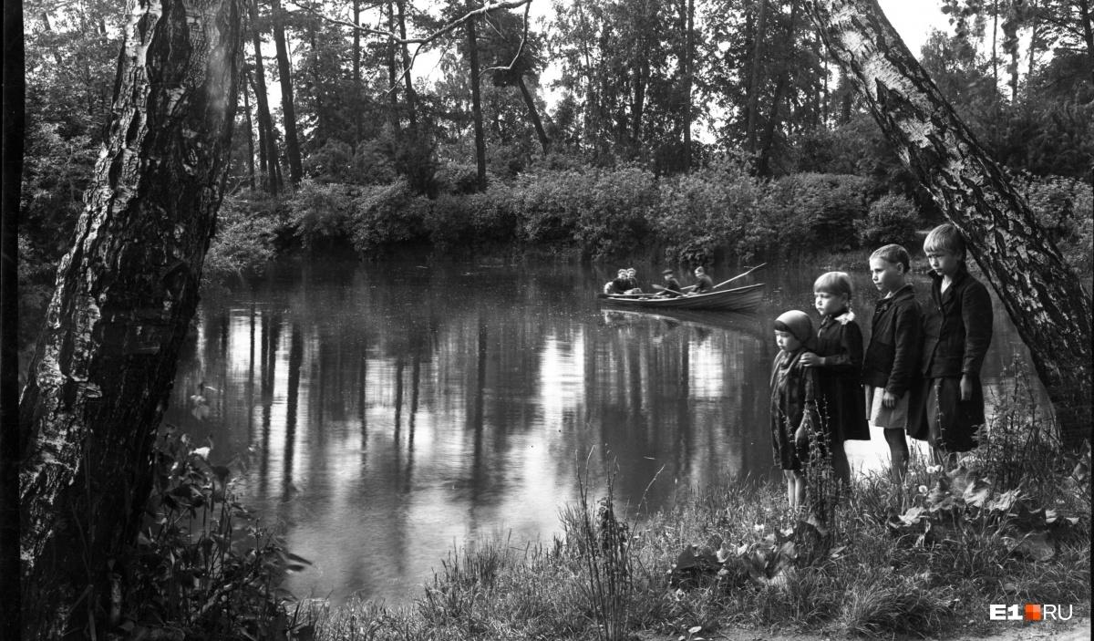 Пруд в парке Дворца пионеров. 1946 год