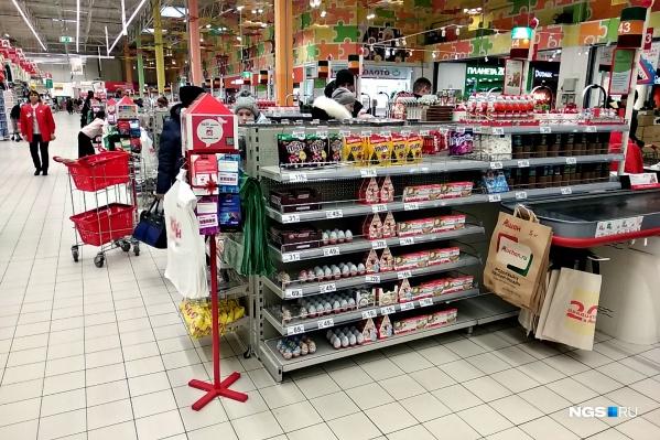 В гипермаркетах появились прикассовые зоны. А вот покупатели за кассами есть теперь не всегда