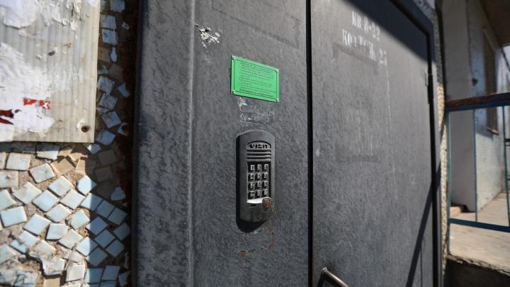 В домах Красноярска начали массово менять домофоны, людей просят купить ключи. Объясняем, что это