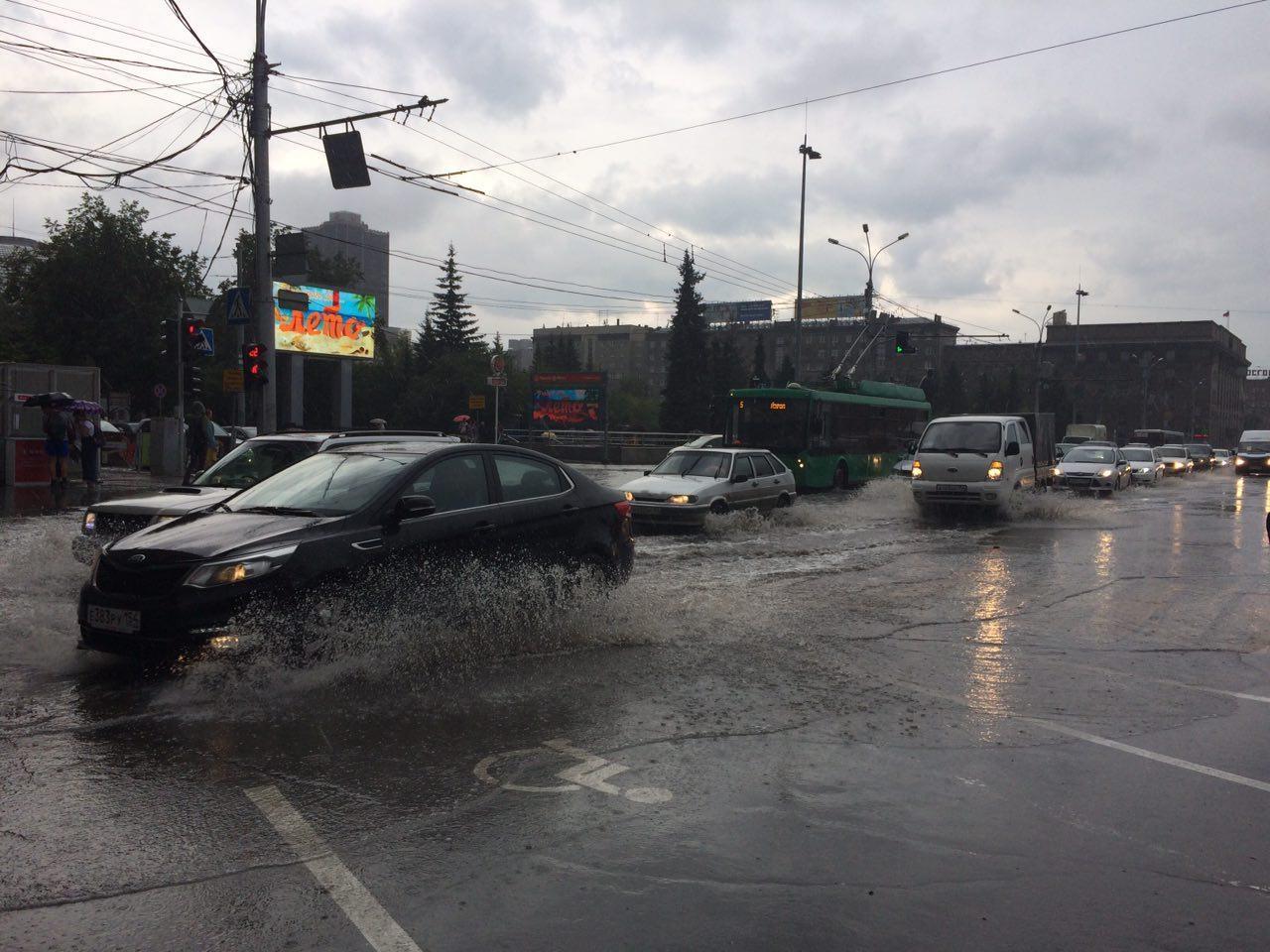Залитый дождём Красный проспект. Фото Ольги Бурлаковой