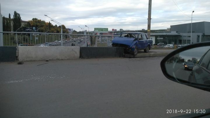В Уфе «Жигули» влетели в бетонные блоки: водитель потерял сознание