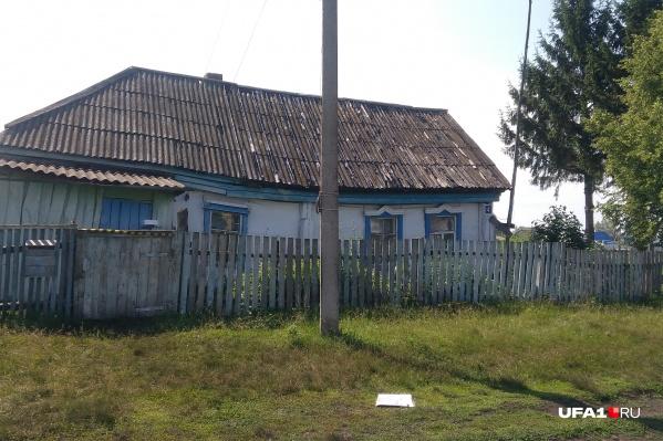 В этом доме жил Ренат, его старенькая мать и старшая сестра
