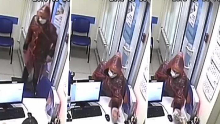 Видео: стеснительный грабитель пришёл в офис микрозаймов в медицинской маске и дождевике