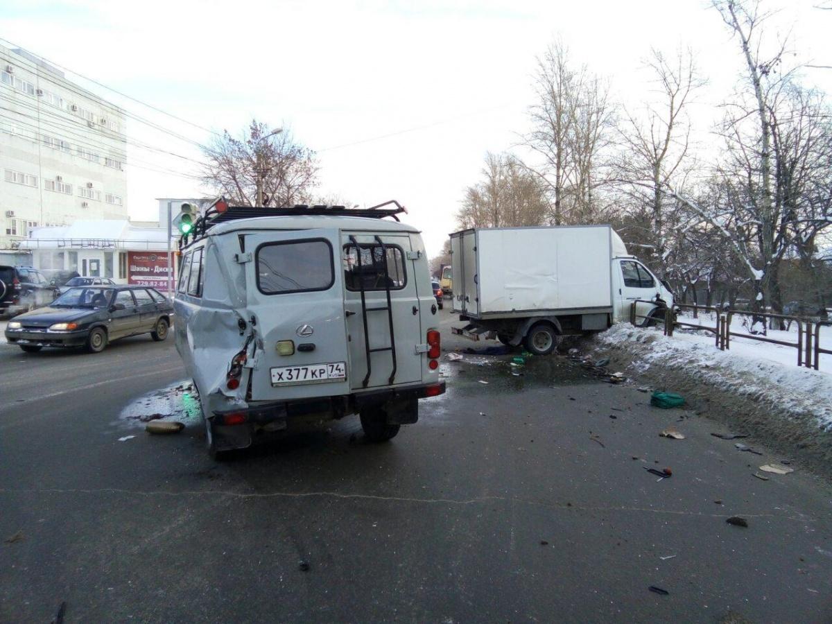По предварительной информации, пострадали водитель и пассажир УАЗа