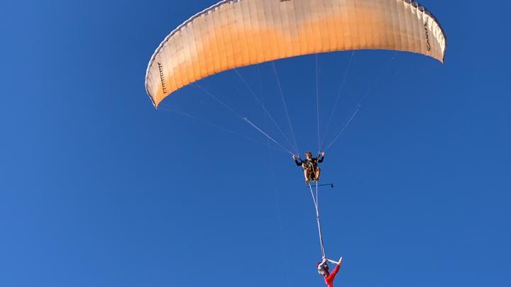 Новосибирский парапланерист и воздушная гимнастка сняли на видео невероятно красивые трюки в небе Вьетнама