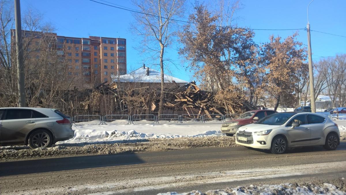 Буквально за три часа от двухэтажного здания остались щепки