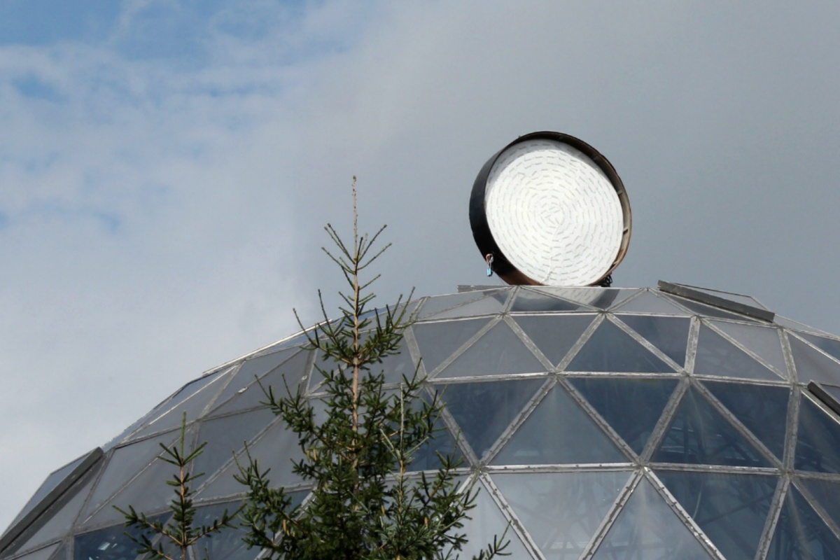 На месте привычного логотипа над кофейней в «Шарике» теперь белый круг. Фото Стаса Соколова